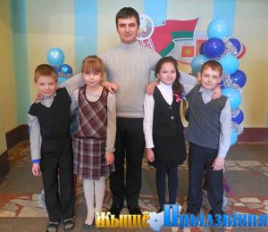 На снимке: педагог-организатор Александр Тяпков с активными участниками общественной жизни школы