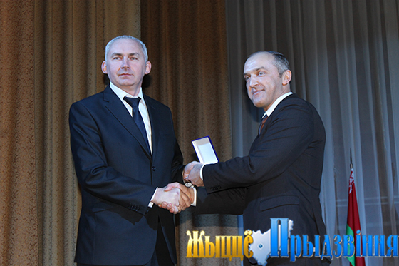На снимке: Александр Красаков вручает Геннадию Сабыничу юбилейную медаль «110 лет профсоюзному движению Республики Беларусь»