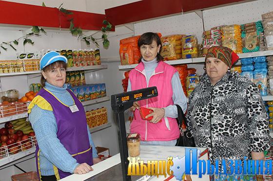 На снимке: Галина Борщ всегда приветлива с покупателями