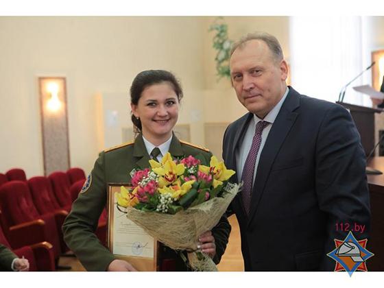 На снимке: министр по чрезвычайным ситуациям Республики Беларусь Владимир Ващенко поздравляет Екатерину Кушнеревич с достойным выступлением на конкурсе
