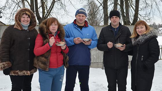 На снимке: участники вечера встречи в Ольговской школе: «Хороша каша!»