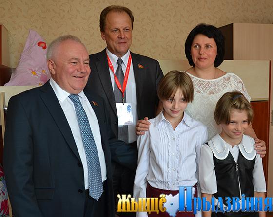 На снимке: представители Парламентского собрания Союза Беларуси и России во время посещения детского дома семейного типа Писецких
