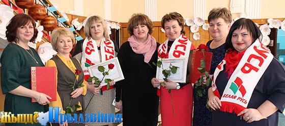 На фото: Ольга Рязанова (в центре) с активистками «Белой Руси»