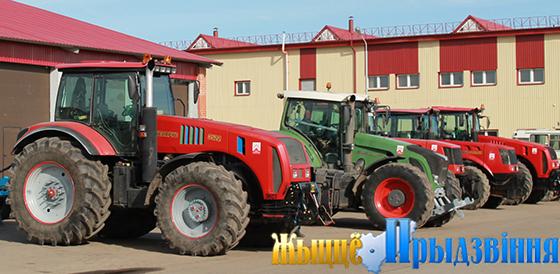 На снимке: на территории машинно-тракторного парка ОАО «Рудаково» энергонасыщенные трактора при полной готовности