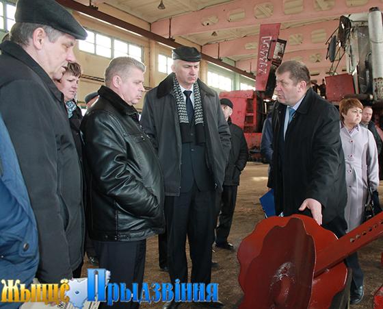 На снимке: директор ОАО «Липовцы» Олег Станкевич демонстрирует культиватор-плоскорез