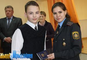 На снимке: Анна Ларионова (справа) вручает первый документ Роману Блоцкому