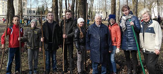 На снимке: участники субботника с Марией Козловой (в центре), справа Лариса Яковлева