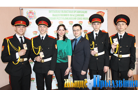 На снимке: Евгения Еверкина и Виктор Глушин с кадетами