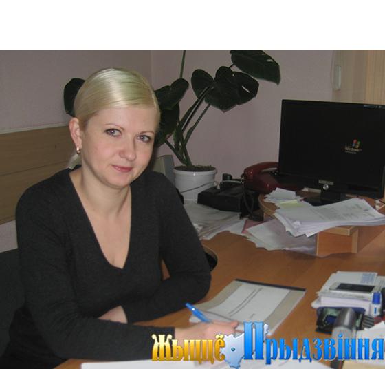 На снимке: главный специалист сектора по работе с обращениями граждан и юридических лиц райисполкома Ольга Урбан