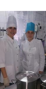 На снимке: повар Екатерина Трусова и кухонный рабочий Светлана Кондратьева