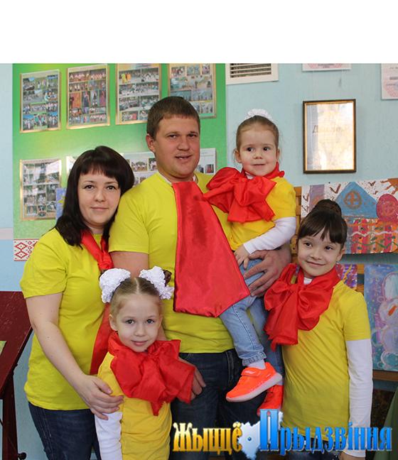 На снимке: семья Логиновых