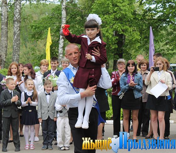 На снимке: последний звонок в Суражской детский сад-средней школе
