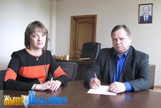На снимке: на приеме у Валерия Трофимова жительница д. Должа Юлия Шашкова