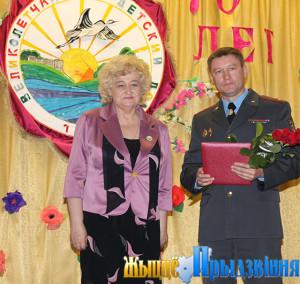 На снимке:Вера Дук и заместитель начальника Витебского областного управления Департамента охраны МВД Сергей Мурашкин