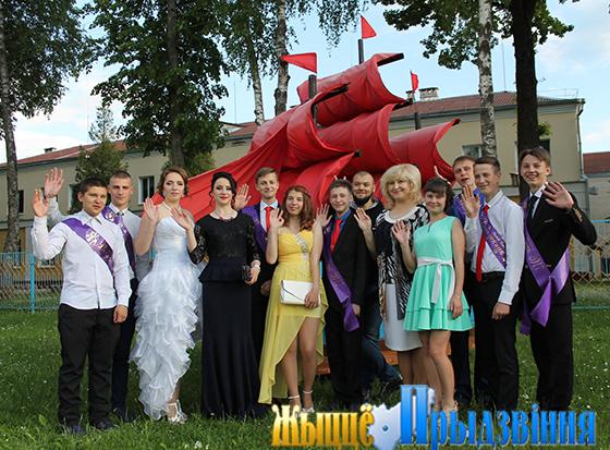 На снимке: выпускники Вороновской средней школы с классным руководителем Светланой Анищенко