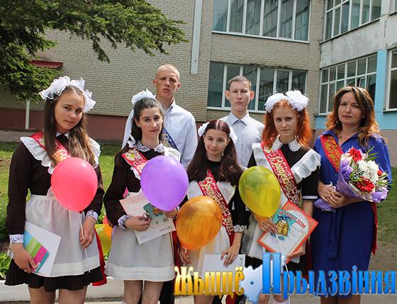 На снимке: выпускники с классным руководителем Анной Алейниковой