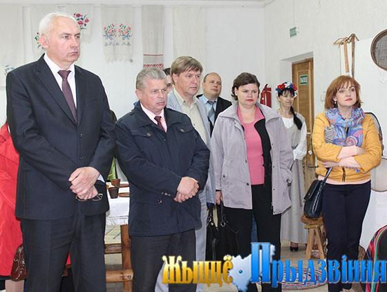 На снимке: на экскурсии в музе, слева Геннадий Сабынич