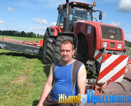 На снимке: механизатор Андрей Пышкин