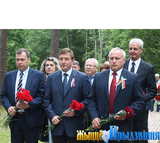 На снимке: Николай Шерстнёв, Андрей Турчак и Артур Рубикс на возложении цветов к памятнику Марии Пынто