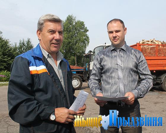 На снимке: Андрей Прокопенко отправляет в рейс Василия Денисенко