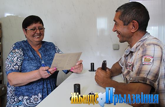 На снимке: Ирина Якимова: к клиенту — с вниманием