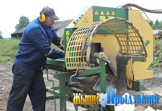 На снимке: за работой станочник деревообрабатывающих станков Антон Карендо