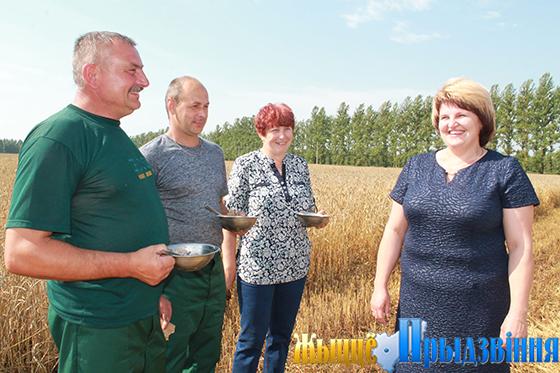 На снимке: Ирина Полякова пожелала приятного аппетита участникам жатвы в агрокомплексе имени Шмырева
