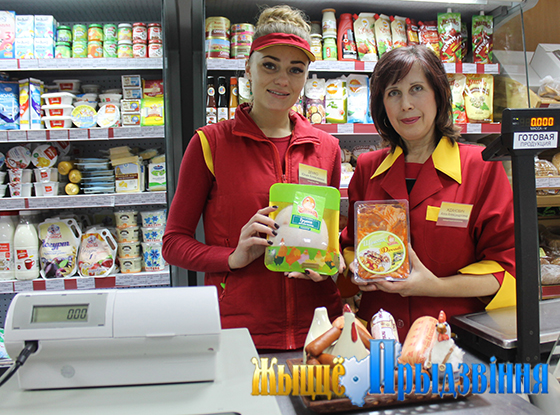 На снимке: продавец Юлия Демко и заведующий магазином Алла Жданович