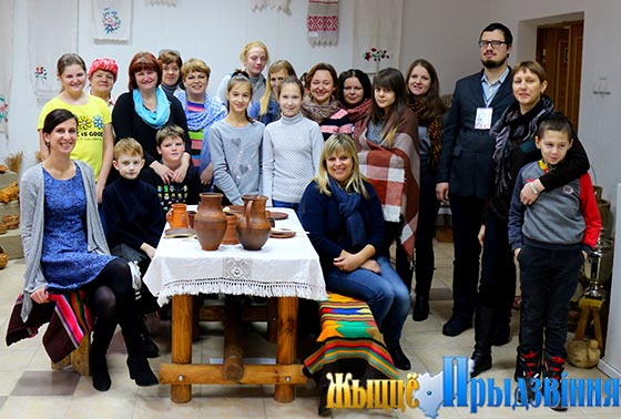 На снимке: гости из нефтеграда в центре ремесел «Возрождение»
