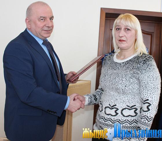 На снимке: председатель Витебского обкома профсоюза работников АПК Виктор Гуторов вручает Почетную грамоту Евгении Дмитриевой