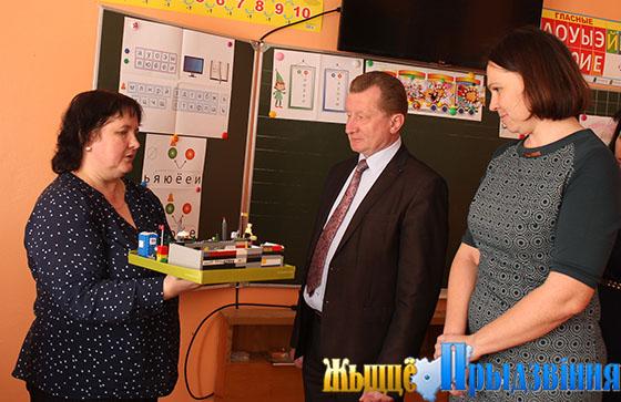 На снимке: Виктор Мирош в учебном классе Новкинской СШ