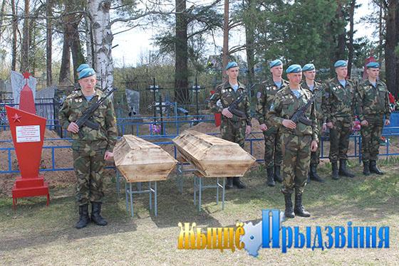 Останки двадцати двух красноармейцев перезахоронили на кладбище деревни Кузьменцы Шапечинского сельсовета
