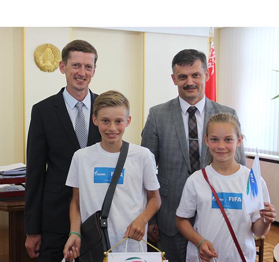 Белорусские участники международной детской социальной программы «Футбол для дружбы» накануне отъезда в Москву встретились с министром спорта и туризма