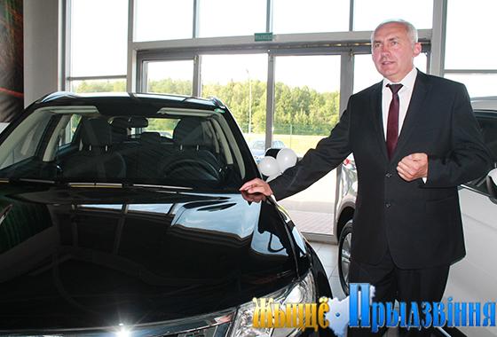 На снимке: Геннадий Сабынич оценил представленные в автоцентре авто