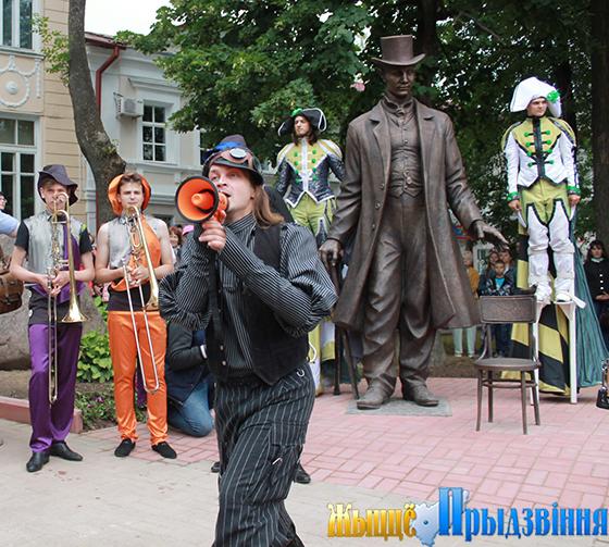 Великан из Костюков «поселился» в городском сквере Маяковского