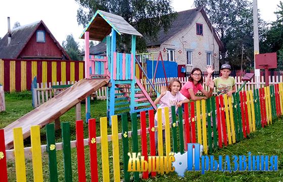 В д. Суйково Витебского района местные жители обустроили детскую площадку