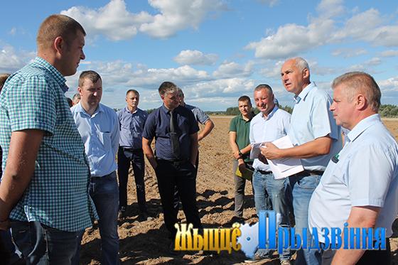 На снимке: Геннадий Сабынич предупредил руководителей сельхозорганизаций о персональной ответственности за качество пахоты