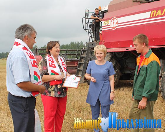 Активисты райорганизации «Белая Русь» поздравили старшего комбайнера сельскохозяйственного отделения «Яновичи» Евгения Кухарева с первой трудовой победой