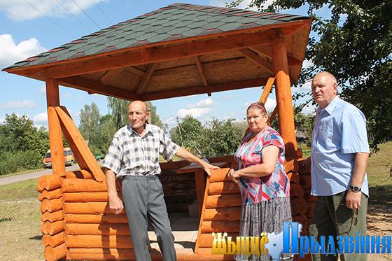 Жители д. Присушино Витебского района толокой построили беседку для задушевных разговоров
