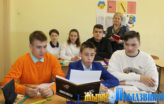На снимке: Наталья Соколовская с учащимися аграрного класса