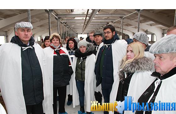 На снимке: участники коллегии во главе с Геннадием Сабыничем на животноводческом объекте филиала СХП «Мазоловогаз»