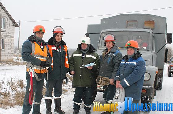 На снимке: инструктаж перед работой проводит старший мастер Игорь Малашевич (в центре)