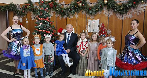 Вместе с председателем райисполкома Геннадием Сабыничем, представителями общественных организаций детвора зажгла главную ёлку Витебского района