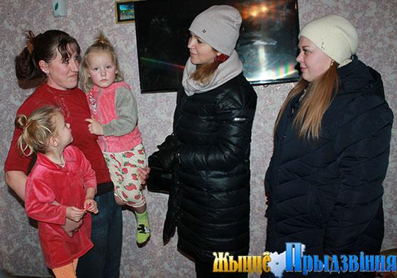 На снимке: Елизавета Осипенко (справа) и Людмила Мудрак посетили семью Сумниковых