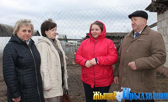 На снимке: Леонид Ковалев, Оксана, Алина Сорокина и специалист по социальной работе ТЦСОН района Нина Козлова (справа налево) на подворье Кулеш