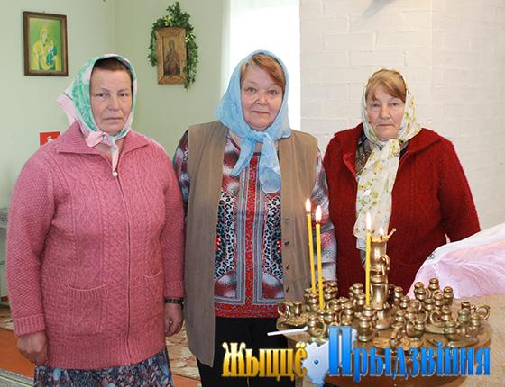 На снимке: Инна Шаровская (в центре) вместе с прихожанами