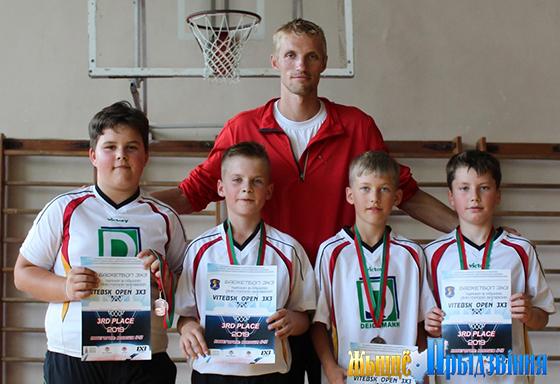 На снимке: Алексей Синяков с юными баскетболистами