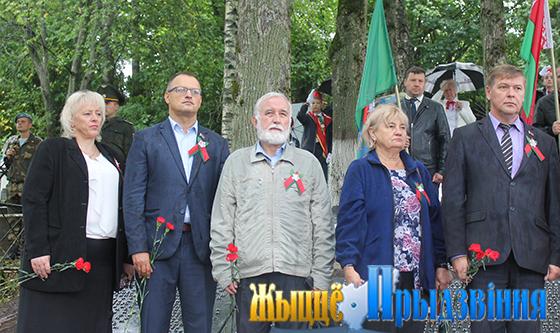 На снимке: участники торжественного митинга на воинском захоронении № 2298, справа — Виктор Дорожкин