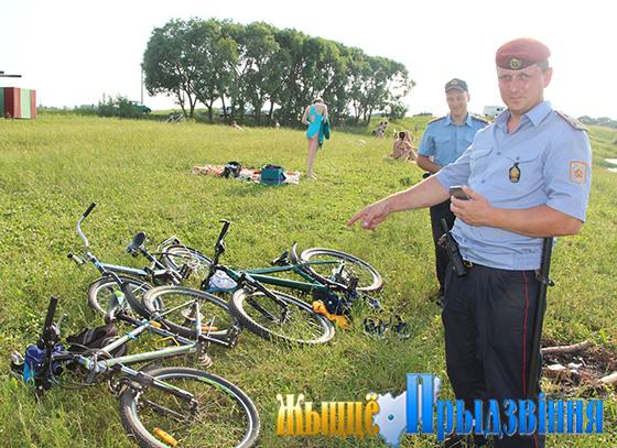 На снимке: правоохранители обращают внимание граждан на обеспечение сохранности имущества в местах массового отдыха