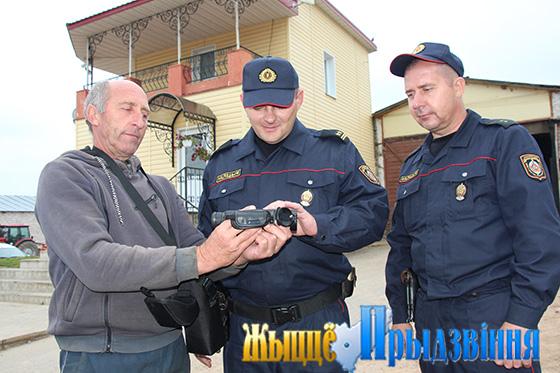 На снимке: Виктор Акуленко демонстрирует Сергею Субботину и Алексею Галыне новый тепловизор